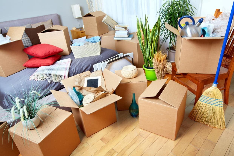 L'emballage des affaires pour le déménagement