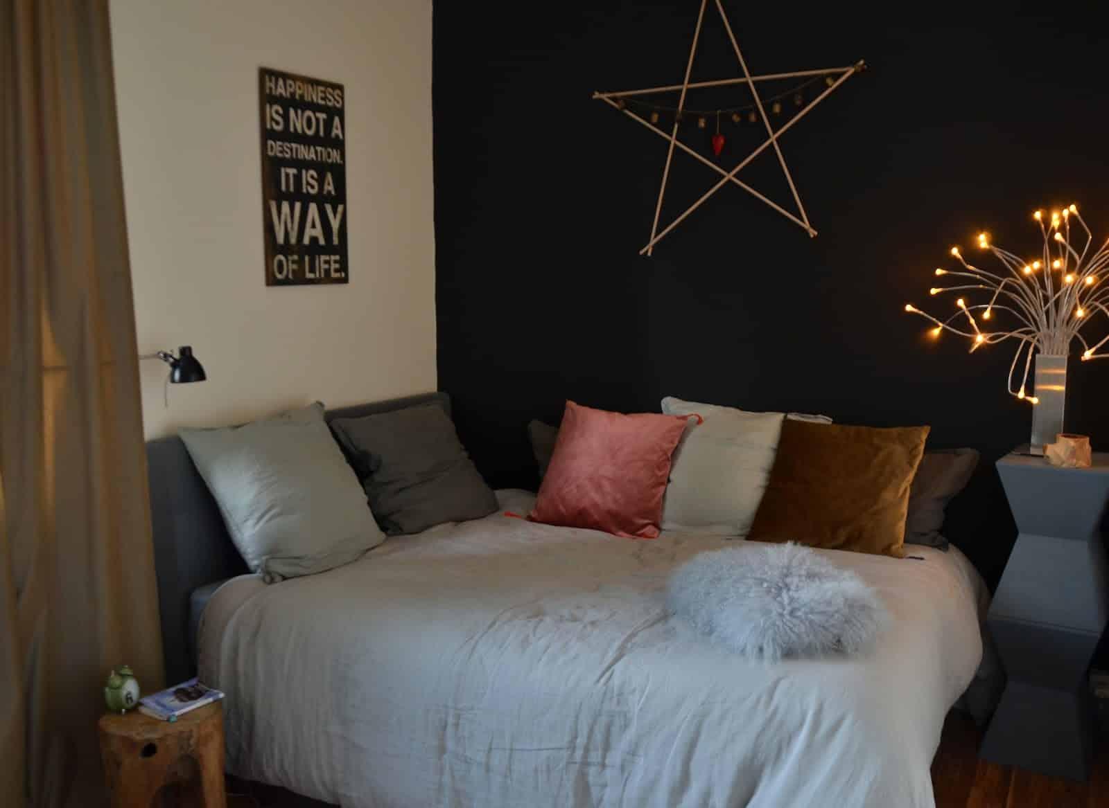 Une chambre sobrement meublée