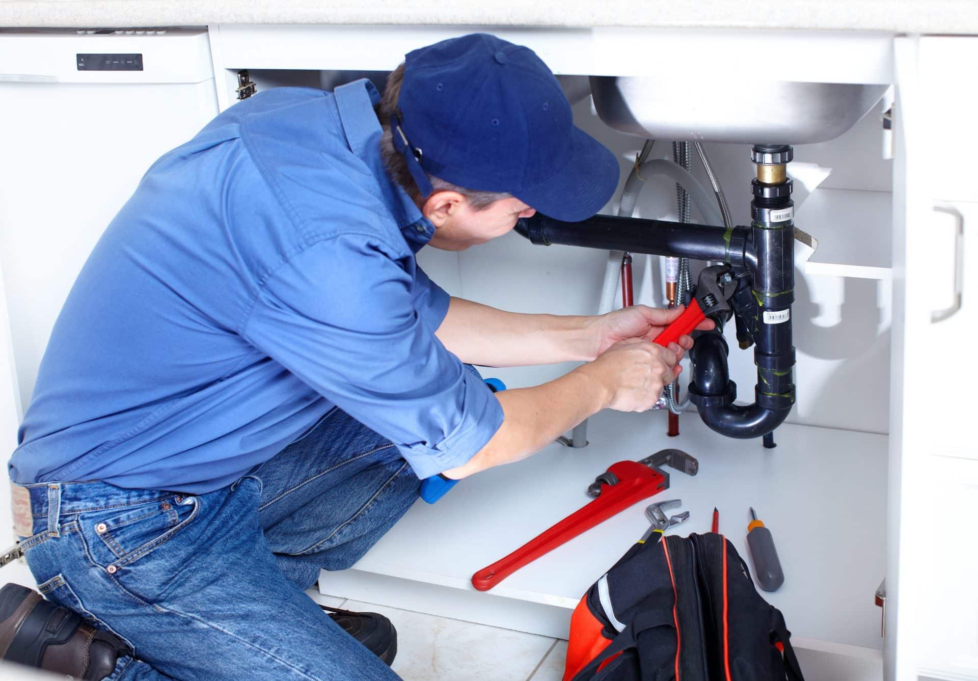 Plombier réparant une fuite d'eau